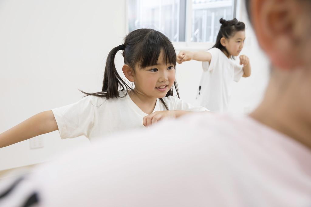 ダンスの練習をする女の子